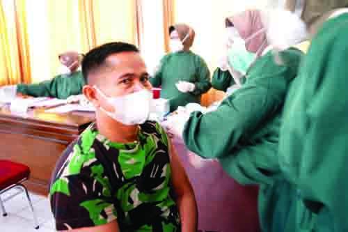 Prajurit dan PNS Korem 032 Wirabraja Disuntik Vaksin
